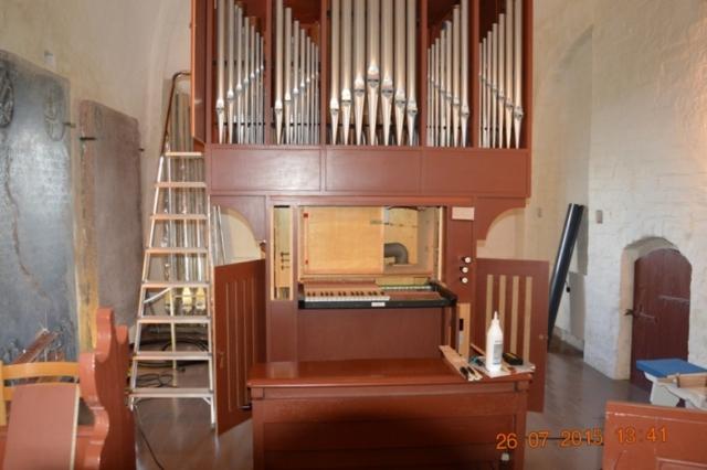 Orgelbyggeren har lukket orglet op, så de nye piber kan sætte ind
