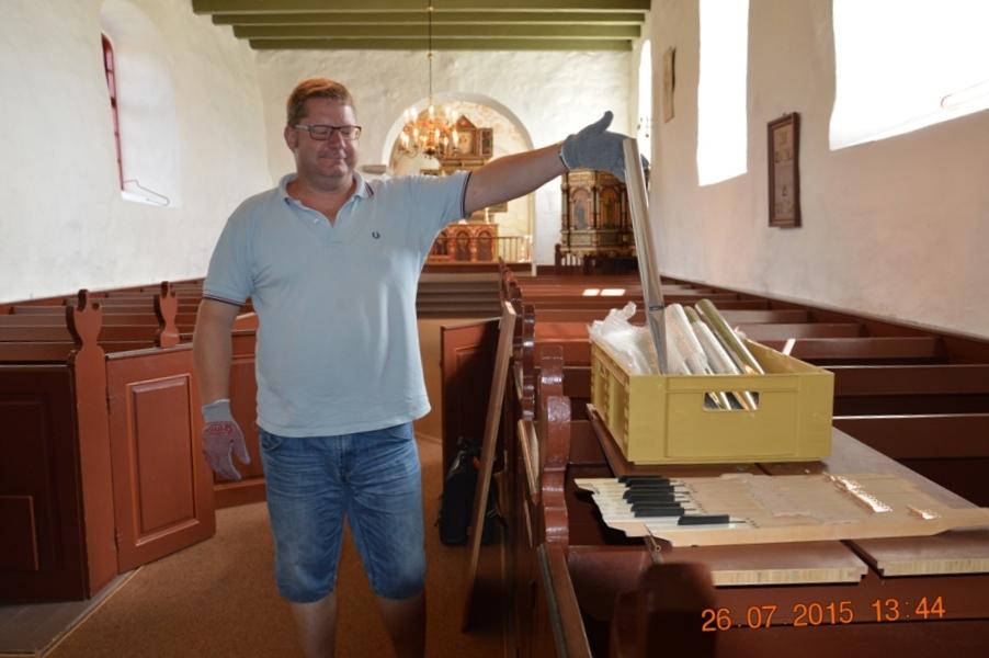 Orgelbyggeren med nogle af piberne